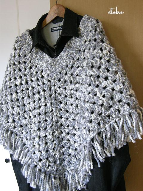 かぎ針編みのポンチョ。グレーの太めのミックス糸が使われている。