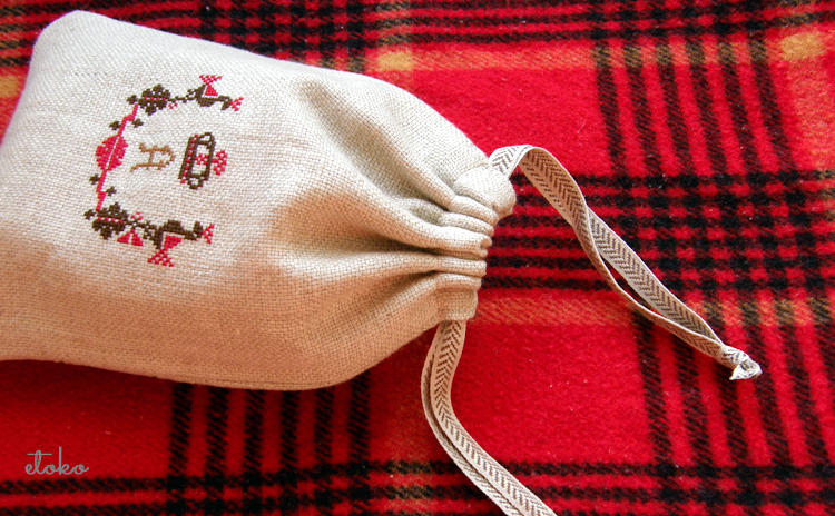 鳥や王冠などフォークロア風クロスステッチの巾着ポーチ
