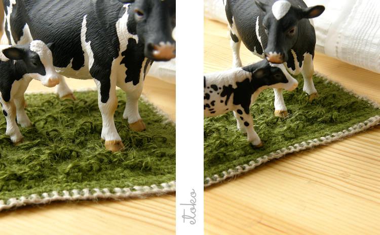 グリーンの麻糸で編まれた牛の置物の下に敷くマット