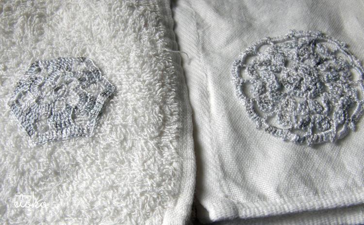 タオルにミックスレース糸で編まれたクロッシェレースのドイリーが縫いつけてある