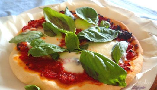 トマトソースにモッツァレラチーズとバジルをのせた手作りピザ
