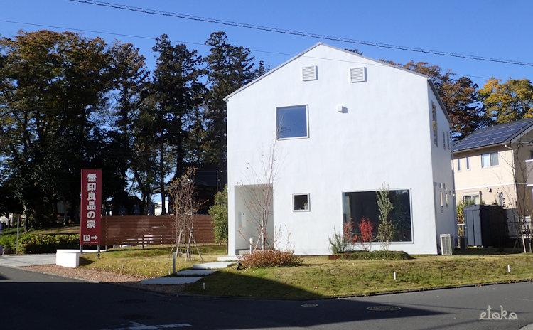 午前中の無印良品の窓の家