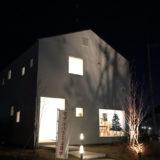 夜の無印良品の窓の家