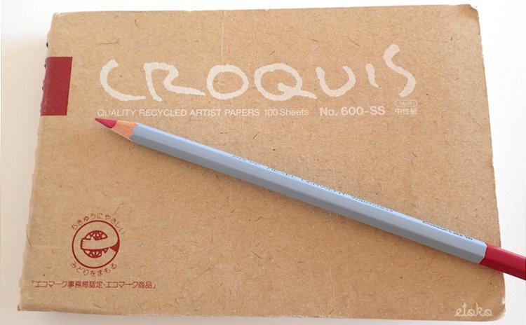 クロッキー帳の上にダーウェントの水彩色鉛筆が置いてある