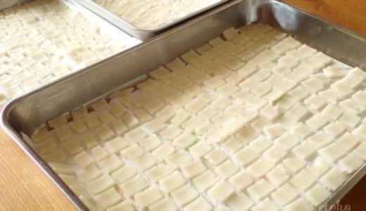 小さく切り分けた切り餅をバットに並べて乾燥させている