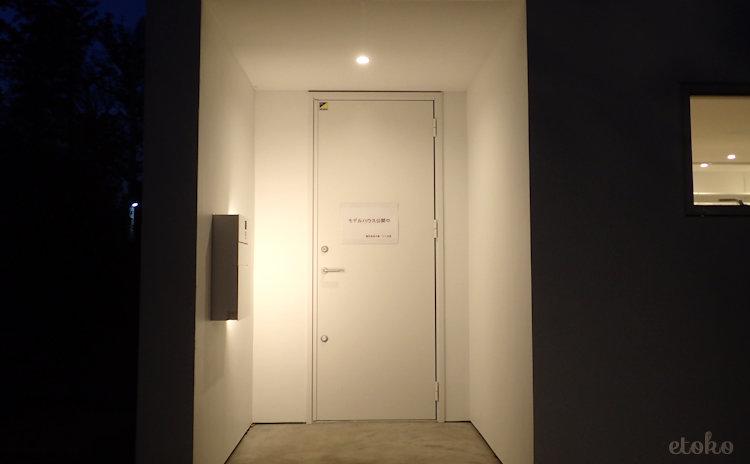暗い時間帯に見た窓の家の玄関
