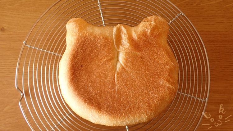 焼きあがったねこ食パンを真上から見ている