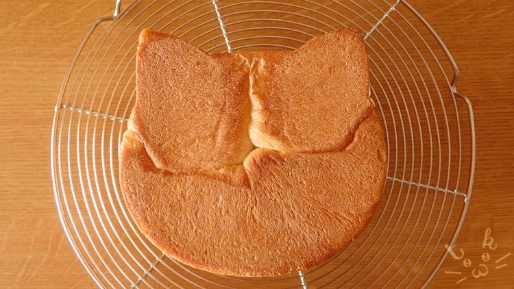 ねこ食パンをひっくり返して底からみたところ