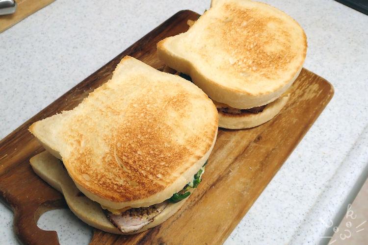 トーストしたねこ食パンにパストラミビーフとグリーンリーフをサンドしている