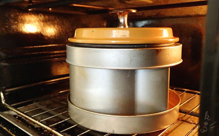 デロンギコンベクションオーブンの中にストウブの蓋をのせたネコパン型が置かれている