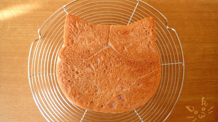 焼き上げたねこ食パンの底面