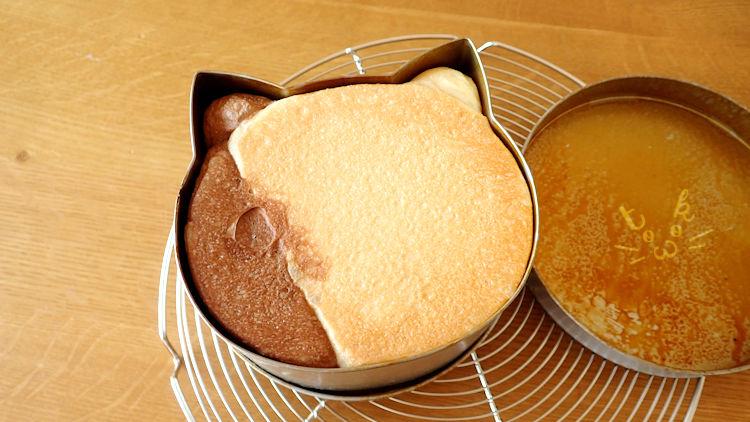 ネコパン型のなかに焼きあがったねこ食パンが入っている