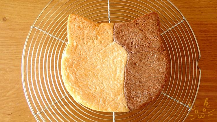 ぶち猫模様のねこ食パンの底面
