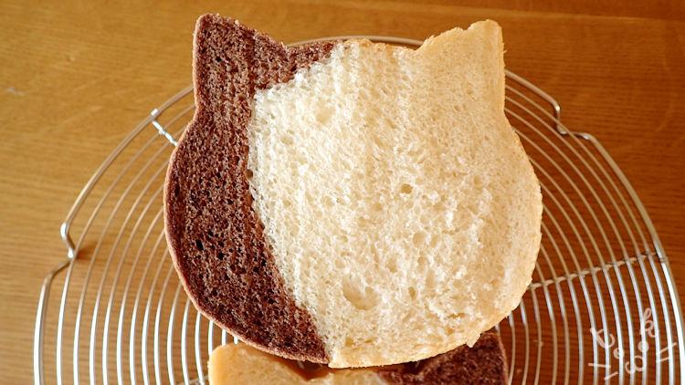 ぶち猫食パンをカットしている