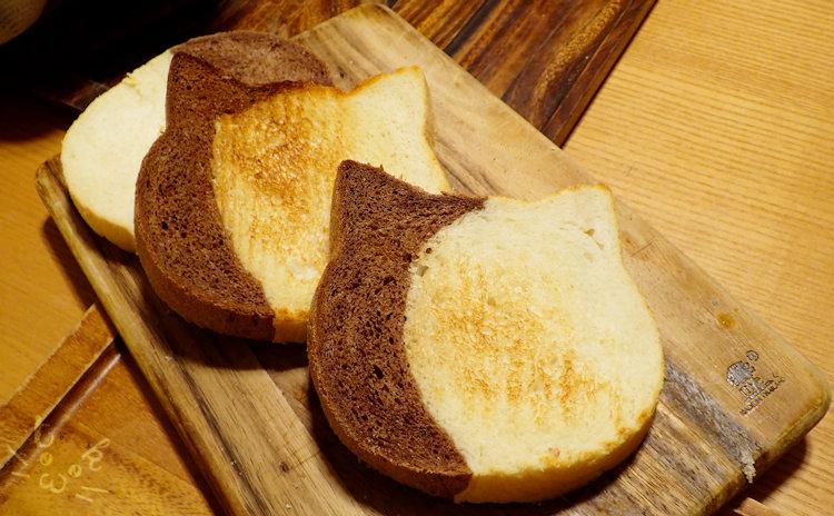 カットしたぶち猫食パンを軽くトーストしている