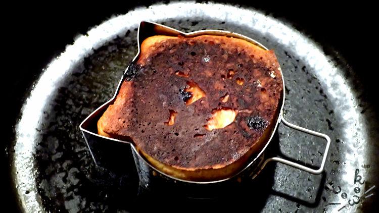 火加減を間違えて黒く焦げついたネコ型のホットケーキ