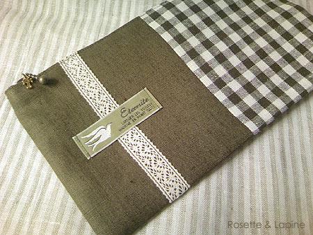 筆箱や通帳ケースサイズのカーキ色リネンのポーチ