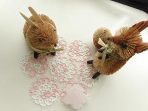 できあがったタティングレースのドイリーの上にウサギとキツネを飾っている