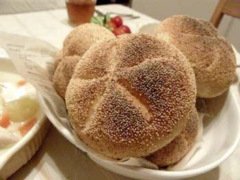 ケシの実をたっぷりまぶしたカイザー善メルがお皿に盛られている