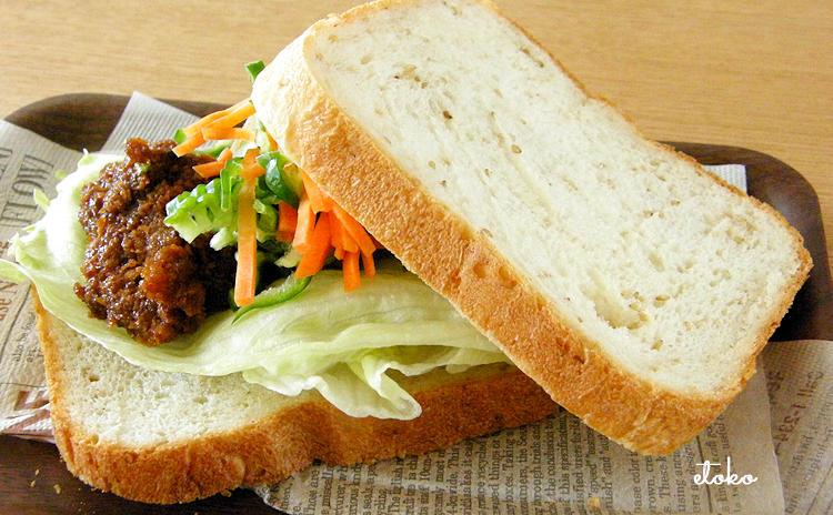 レバカツに色とりどりの野菜を挟んだサンドイッチ