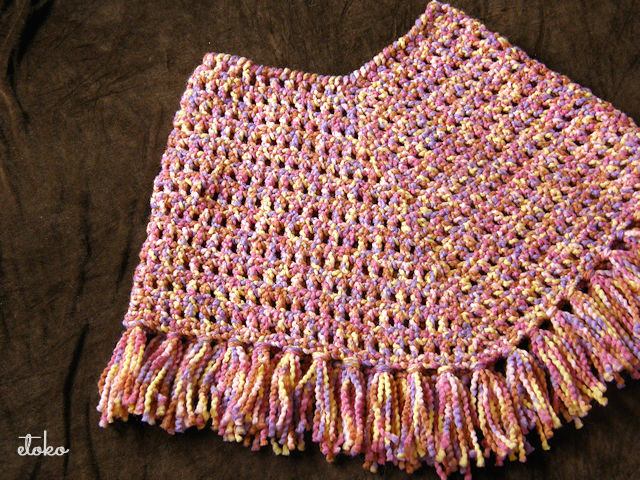 ミックスの太目糸で編まれたポンチョ