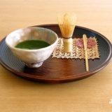 お盆に抹茶茶碗と茶杓、茶筅がのせらていて、クロッシェレースがそえられている
