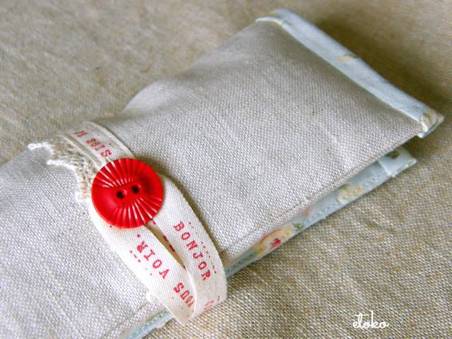 赤いボタンの眼鏡ケース