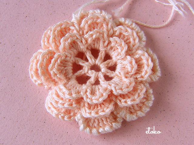 クロッシェレースのピンクのお花に白の縁取り