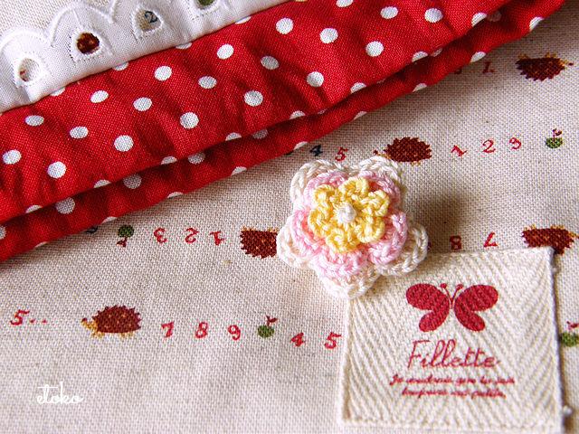 クロッシェレースのお花を巾着袋の飾りにしている