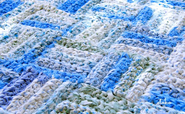 不要になった生地を裂いて編んだ石畳編みのマット