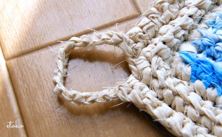 裂き編みのキッチンマットのひっかけループ