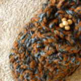 茶色と青色のミックス糸のかぎ針編み