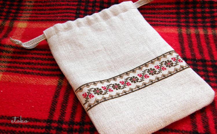 フォークロア風クロスステッチがライン上に施された巾着ポーチ