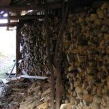家屋の裏に薪が積まれている
