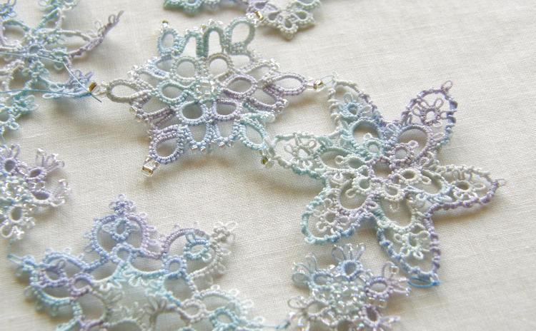 タティングでビーズを編み込んだ雪の結晶のモチーフ