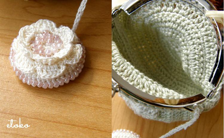 ビーズ編みのお花ストラップとかぎ針編みのがま口の内側