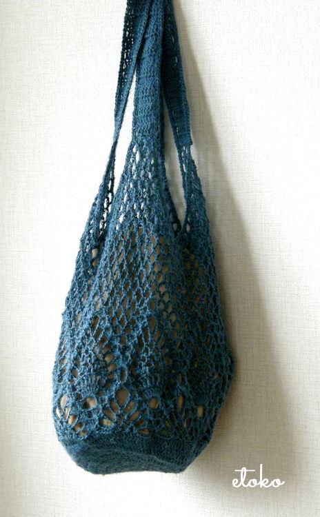 青いジュートで編まれたかぎ針編みのパイナップルバッグ