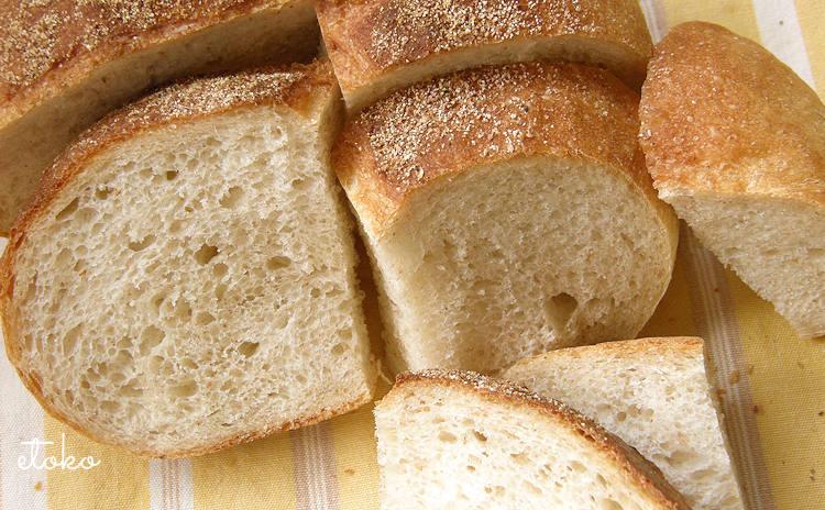田舎パンをカットした断面のアップ
