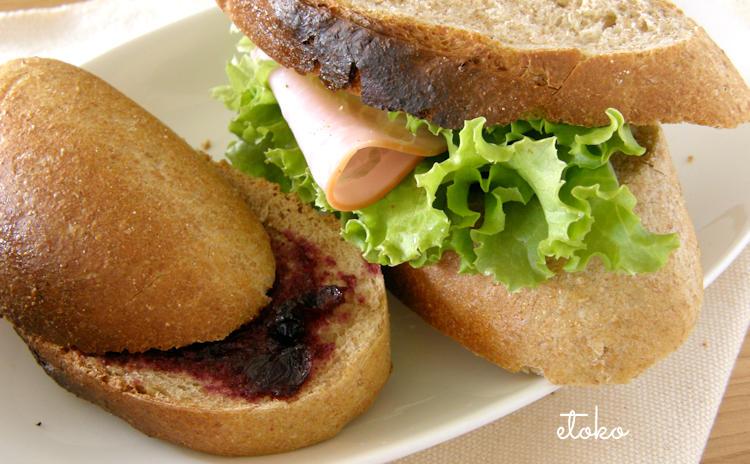 焼きあがったパンで作った2種類のサンドイッチ、ブルーベリージャムサンドとレタス、ハムサンド