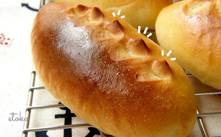 てっぺんに角の立ったパンが網の上に置かれている