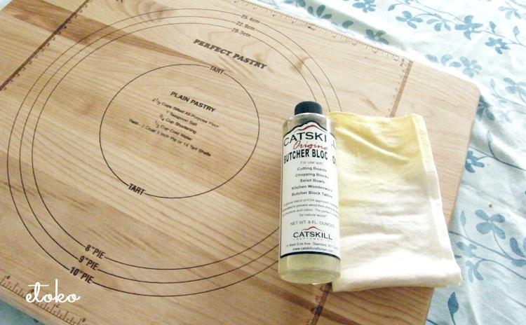 ペストリーボード(パンこね台)とボードをお手入れするときに使うオイルにさらしのふきん