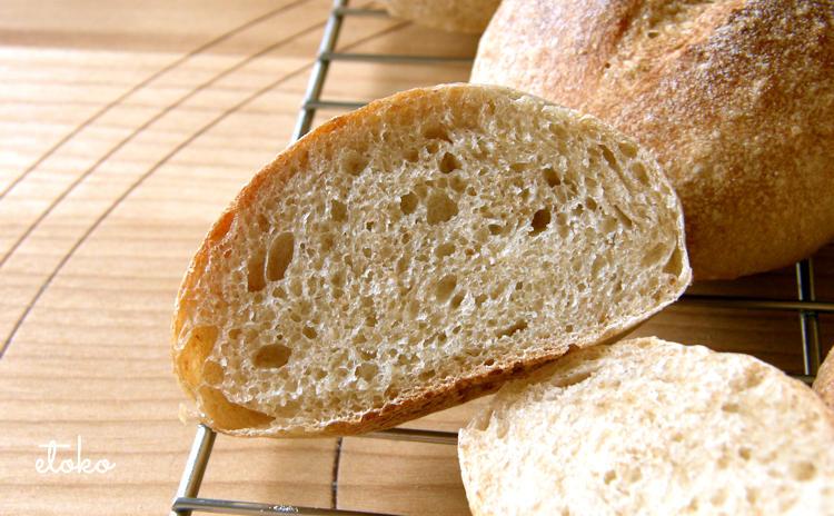 少しのイーストでゆっくり冷蔵発酵させた全粒粉のパンの断面
