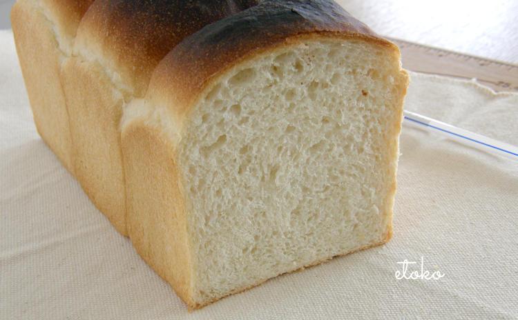 膨らんではいるが上部が焦げた山形食パンの断面