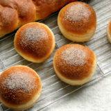 ハラーの生地を使って焼かれた編みこみパンとバンズ