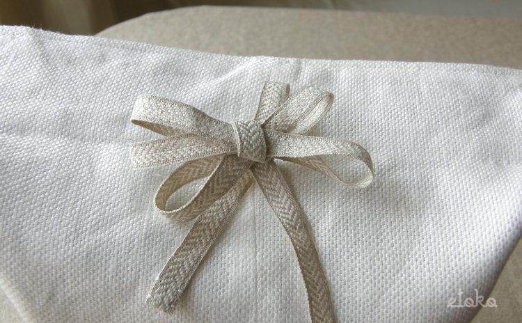 巾着袋についている紐を重ねちょうちょ結びにしている