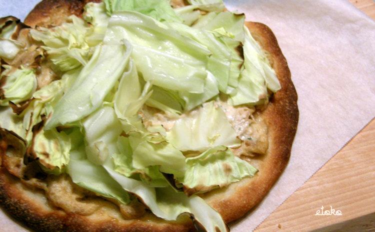さっくりと焼き上げたピザ生地にキャベツやツナのソースをかけたピザ