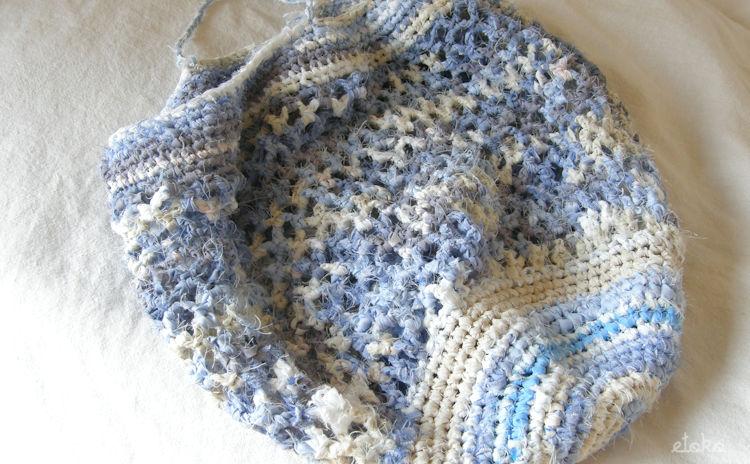 ワイシャツや端切れをつなぎ合わせて作った裂き編みの袋