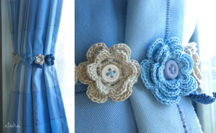 カーテンをまとめるための紐にかぎ針編みで小花を編んでボタンを縫い付けている