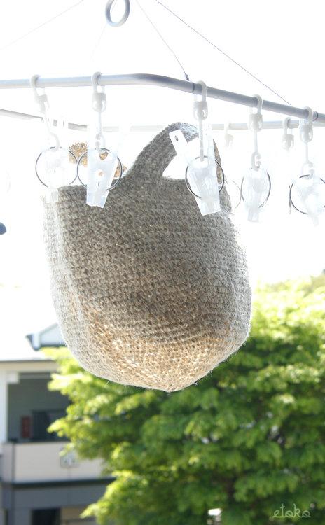 麻ひもとかぎ針で編んだ小ぶりなバッグを洗って陰干ししている