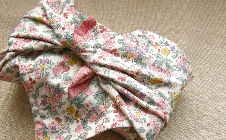 和布に刺し子を施した風呂敷の裏面は和風の小花柄コットン